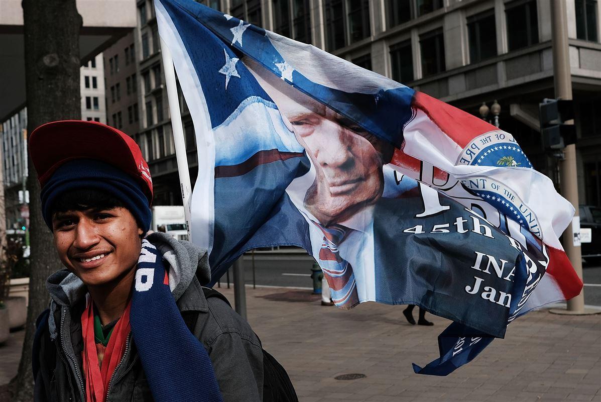 En ung mand sælger Donald Trump-merchandise i Washington op til indsættelsen af Donald Trump. Den nye præsident har lovet at skabe masser af job.