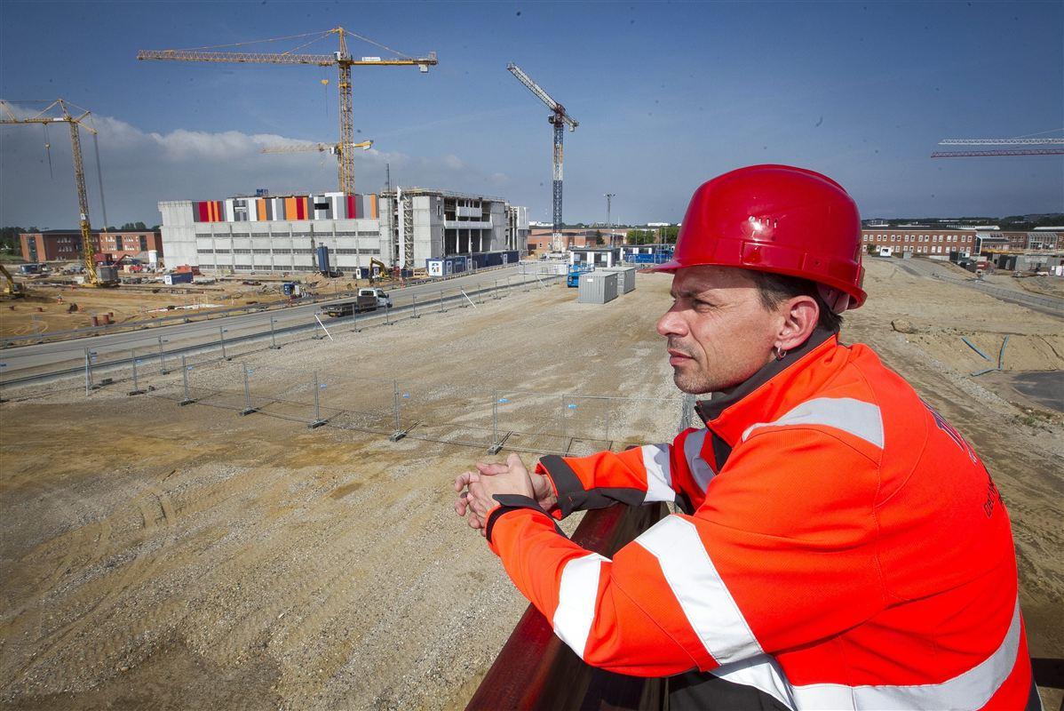 Opførelsen af blandt andet supersygehuse, som her i Skejby ved Aarhus, kommer til at kræve faglærte hænder. En ny alliance mellem det offentlige og det private erhvervsliv skal sikre, at hænderne bliver danske.