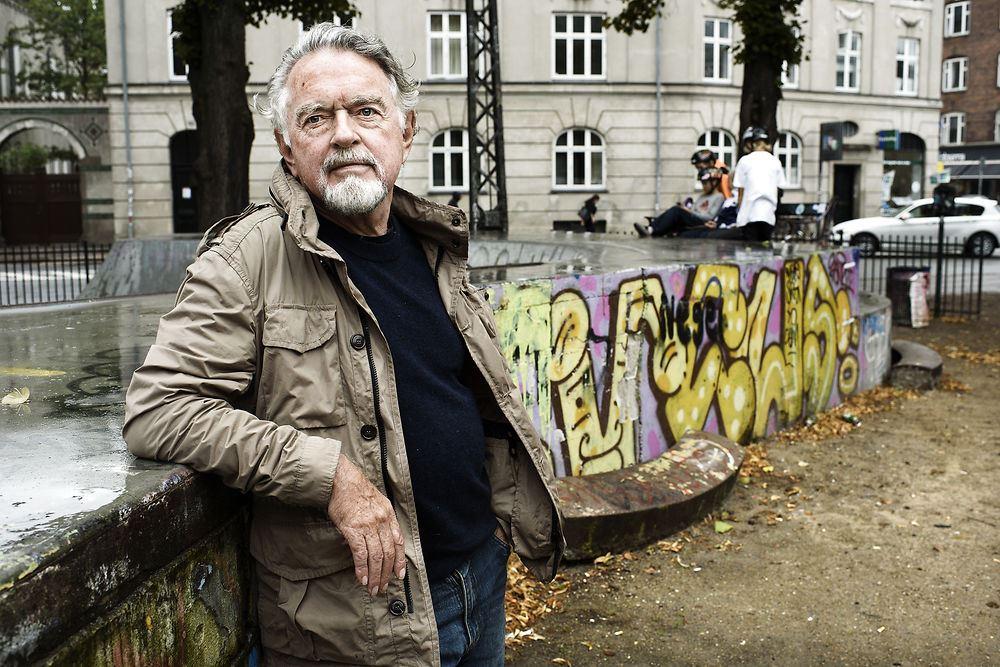 Erik Clausen, fotograferet hjemme på Vesterbro, hvor han både bor og arbejder. Kvarteret har ændret sig meget, synes han. »Der foregår en etnisk udrensning her på Vesterbro. Det er kun os med almindelige lejeboliger, der har råd til at være her, fordi vi er beskyttet af lejeloven,« siger han.