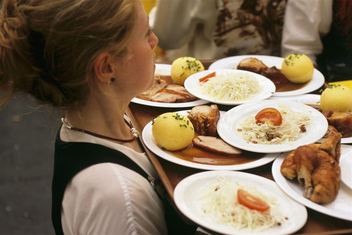 Flere end hver fjerde tyske servitrice og bartender tjener så lidt, at de lever under EU's officielle fattigdomsgrænse.