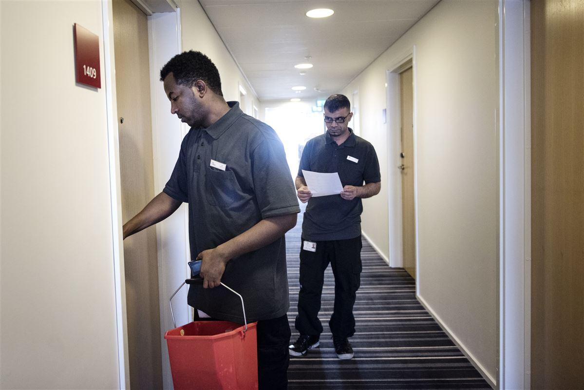 Flygtninge og andre udlændinge får hvert andet nye job. Det forhold rejser krav om at styrke danske ledige med uddannelse, så de står sig bedre i konkurrencen om job. Eller at presse de arbejdsløse med lavere overførselsindkomster.
