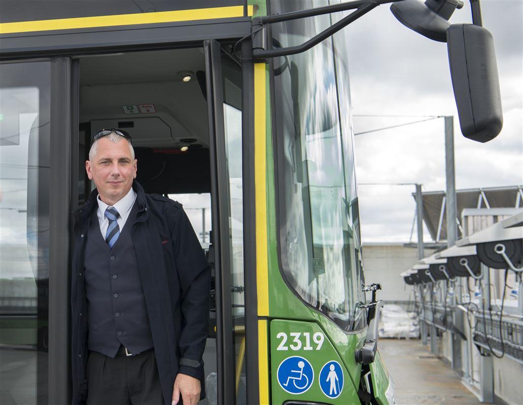 Piotr Spychala er en af flere hundrede polske buschauffører i norske Stavanger. Han er meget glad for at få børnepenge fra Norge til sin datter i Polen. Og synes det vil være uretfærdigt, hvis han, som arbejder og betaler skat i Norge, ikke kan få børnepenge på lige fod med nordmændene.