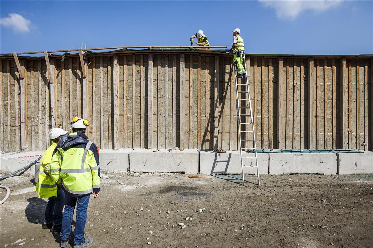 De særlige indsatser for mod ulykker i bygge- og anlægsbranchen og for et bedre psykisk arbejdsmiljø skæres væk i besparelserne.