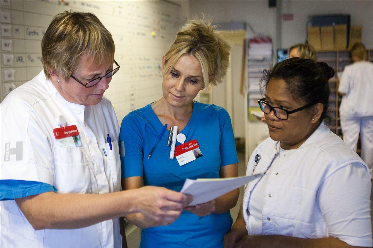 Sygeplejersker, der arbejder om natten, har øget risiko for at dø i utide eller udvikle Alzheimers, viser ny dansk forskning.