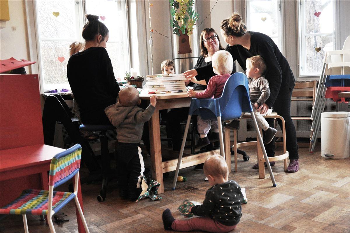 For pædagog Marianne Lindén (i midten) og de andre ansatte på Svanen betyder de manglende overenskomster en lønforskel på op til 8000 kroner mindre om året i forhold til institutioner med overenskomst.
