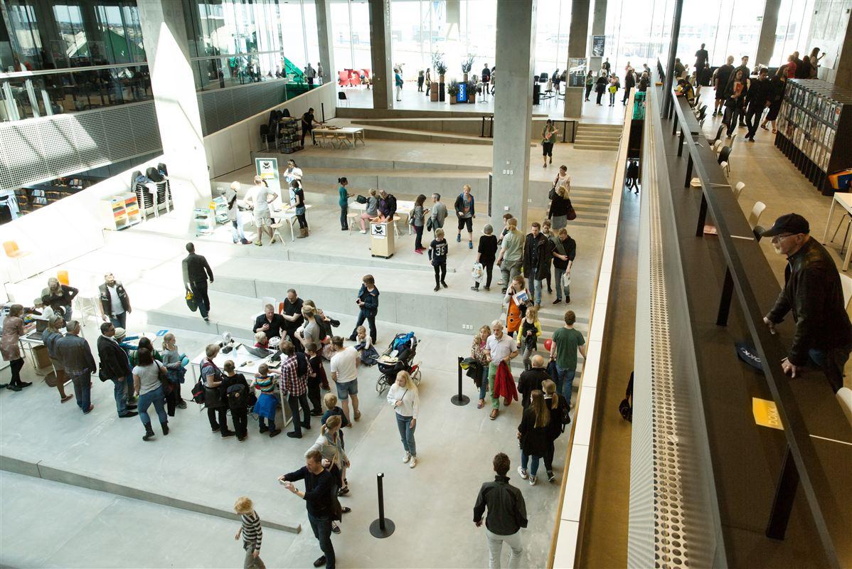 Dokk 1 er det helt nye bibliotek og Borgerservice på havnen i Aarhus. Flere mennesker og færre bøger ser ud til at være strategien for folkebibliotekets overlevelse.