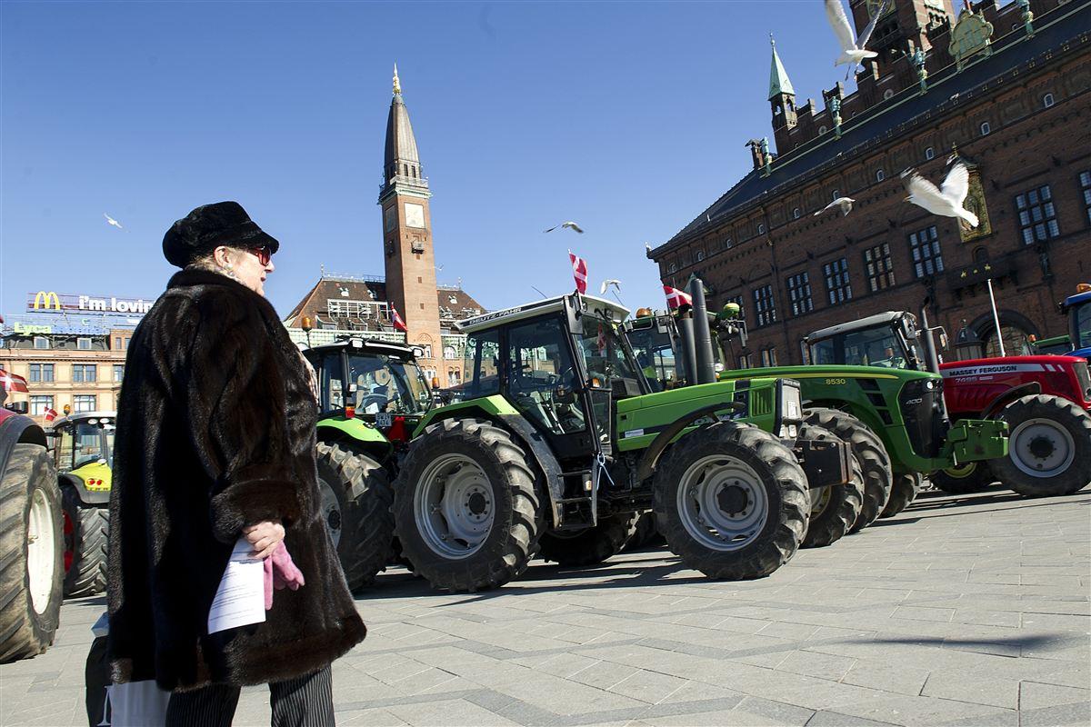 Landbruget har længe talt med store bogstaver om det, erhvervet betragter som alt for skrappe danske krav. Nu er der for alvor hul igennem til Christiansborg.