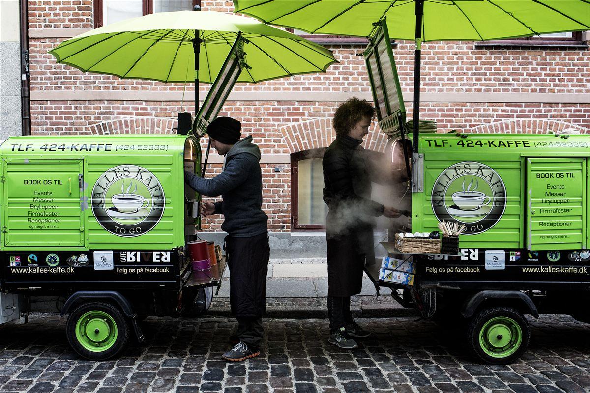Jacob Karlsen stiftede i 2009 Kalles Kaffe, der består af 12 mobile kaffeknallerter, der sælger kaffe på gaden. Nu vil regeringen forbedre forholdene for Jacob Karlsen og andre iværksættere.