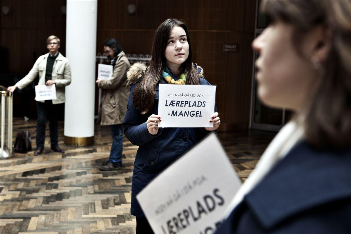 Flere end 11.000 unge mangler en praktikplads. Her har skoleelever fra Aarhus arrangeret en flashmob på rådhuset for at få flere praktikpladser.