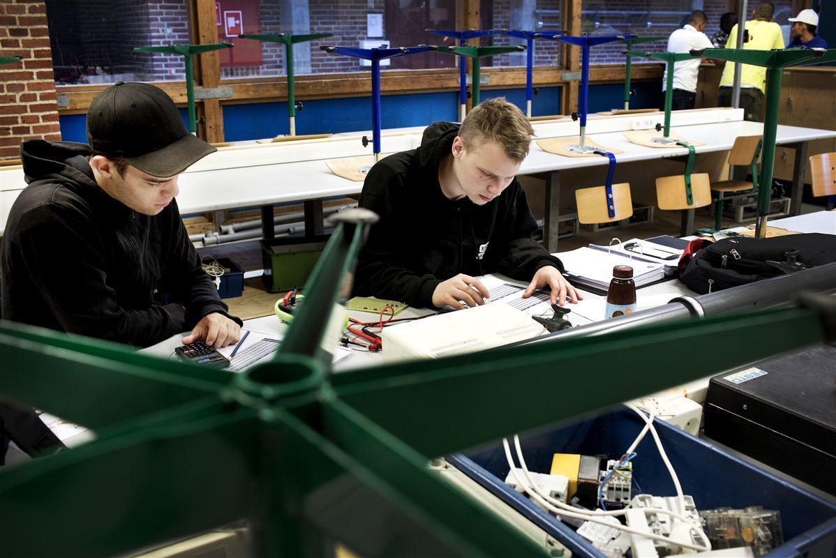 De nye arbejdstidsregler har stærkt forringet arbejdsmiljøet på erhvervs- og handelsskoler, siger lærerne. Det står i vejen for at løfte kvaliteten.
