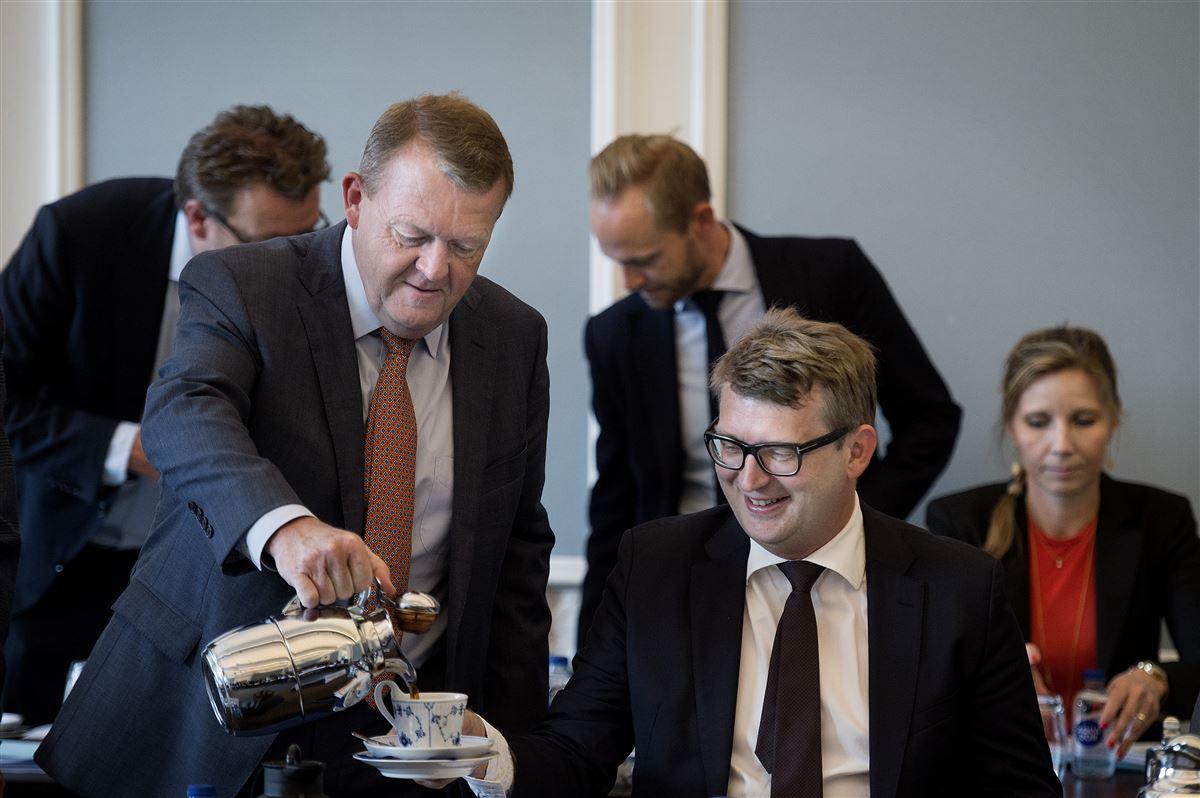 Statsminister Lars Løkke Rasmussen (V) skænkede kaffe til beskæftigelsesminister Troels Lund Poulsen (V), da man i august begyndte trepartsforhandlinger om et nyt voksen- og efteruddannelsessystem. Forhandlingerne kører trægt, og det sammen med forslaget til finanslov får erhvervsskoler til at sende et nødråb.