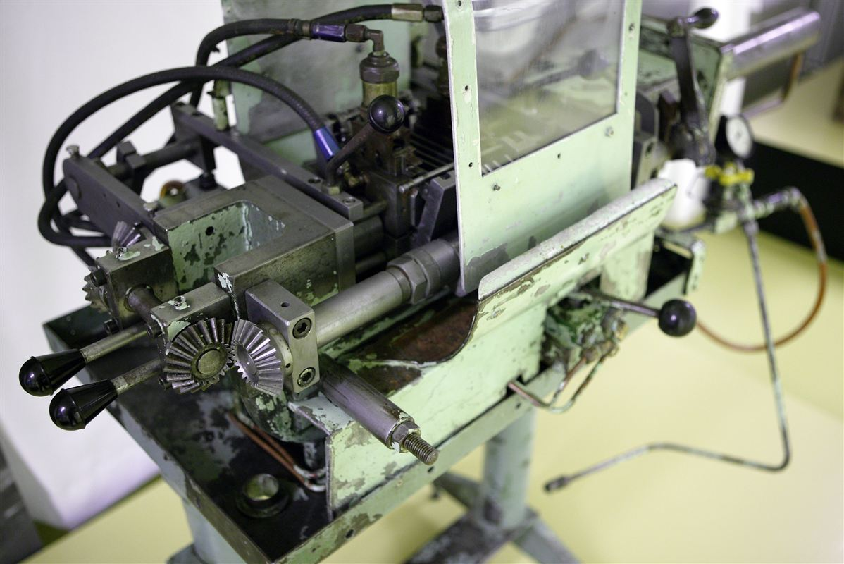 Denne maskine er fra Danfoss Museum og trods alt ikke fundet på en af landets erhvervsskoler. Men generelt er udstyret på skolerne for gammelt, lyder kritikken.