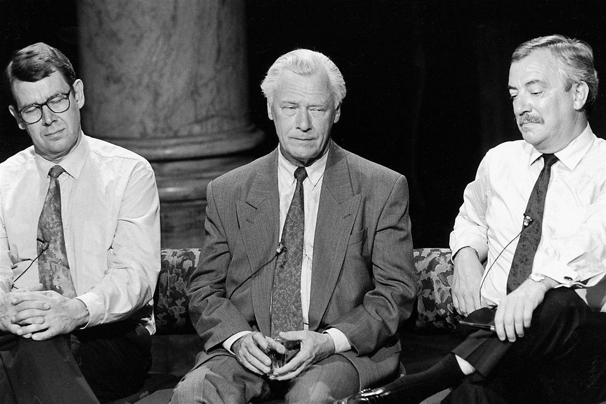 Slukørede sad Folketingets mægtigste mænd tilbage efter afstemningen om Maastricht-traktaten i juni 1992. Nej-partierne fik en vigtig rolle efter valgdagen, og i oktober samme år var det nationale kompromis en realitet. Det blev i første omgang forhandlet på plads udenom - og derefter adopteret af - regeringen.