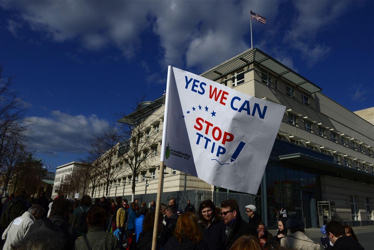 Især miljøaktivister har protesteret mod en handelsaftale mellem EU og USA. Ny lyder en ny kritik, at der er færre job i aftalen, end EU-Kommissionen har lagt op til.