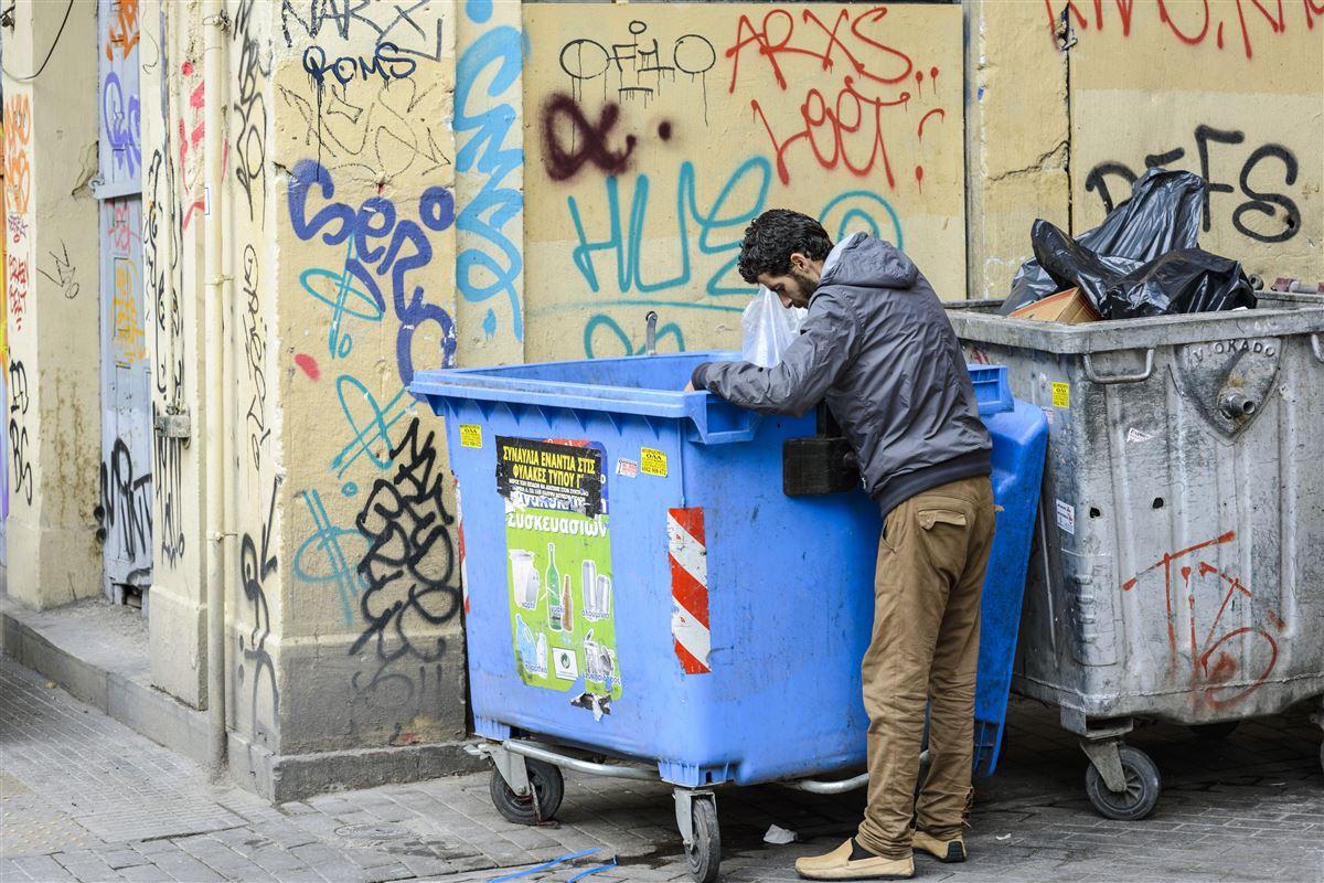 Uligheden er ved at løbe løbsk i Europa. Mange lønmodtagere i EU har ikke fået del i opsvinget og er ofte arbejdsløse, ansat på deltid og minimumsløn, viser ny rapport. Her forsøger en græsk arbejder i Athen at supplere indtægten.