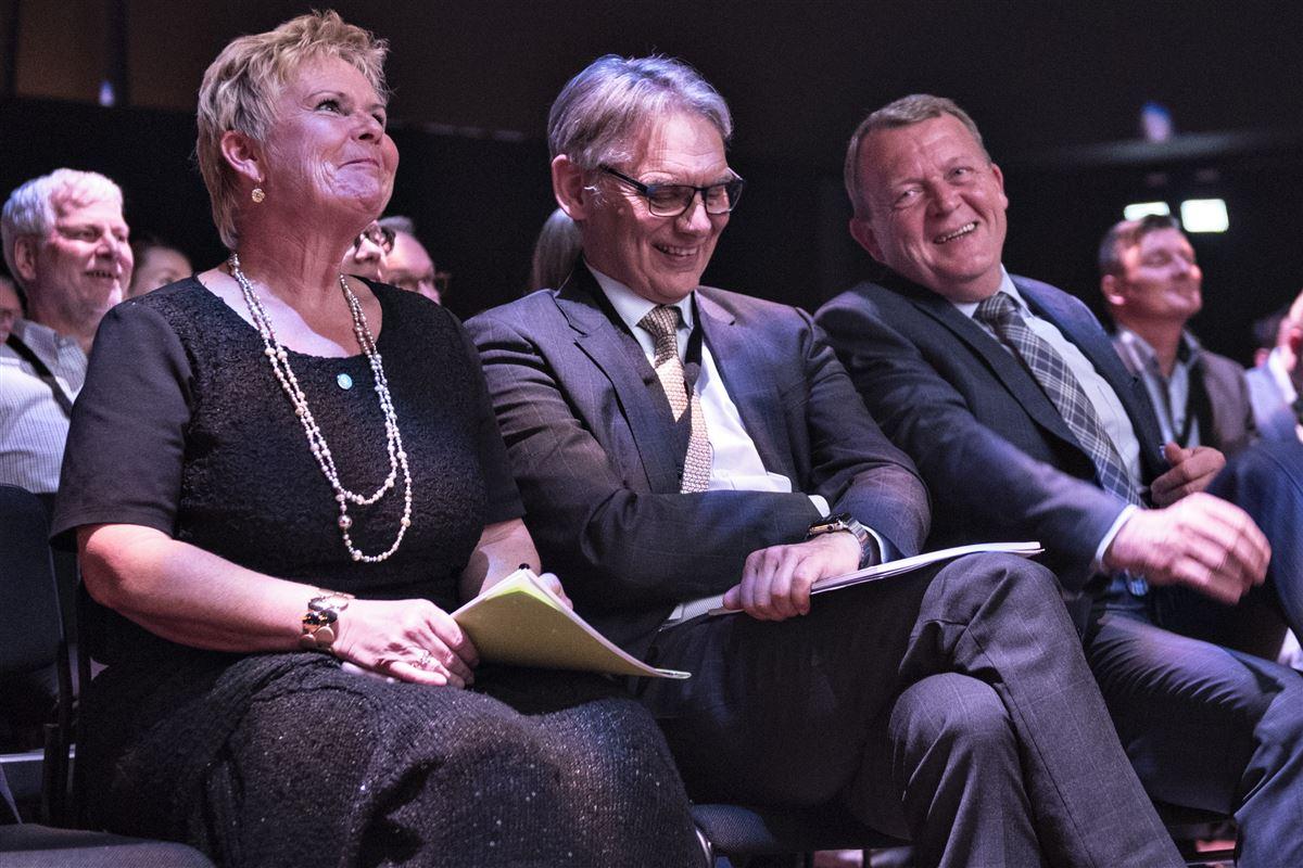 Statsminister Lars Løkke Rasmussen og LO-formand Lizette Risgaard mødes ofte under formelle og uformelle ramme - og oftere end tidligere statsministre har mødtes med tidligere LO-formænd. Her hygger de sig til Innovationsfondens debatmøde om fremtidens arbejdsmarked.