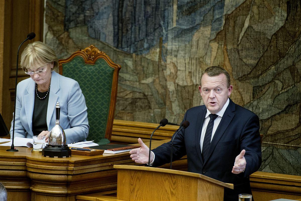 I sin åbningstale i Folketinget garanterede statsminister Lars Løkke Rasmussen (V), at et ja til folkeafstemningen 3. december ikke er en glidebane for dansk deltagelse i EU's asylsamarbejde. Løkke er under pres, fordi nej-siden har medvind på grund af flygtningekrisen.