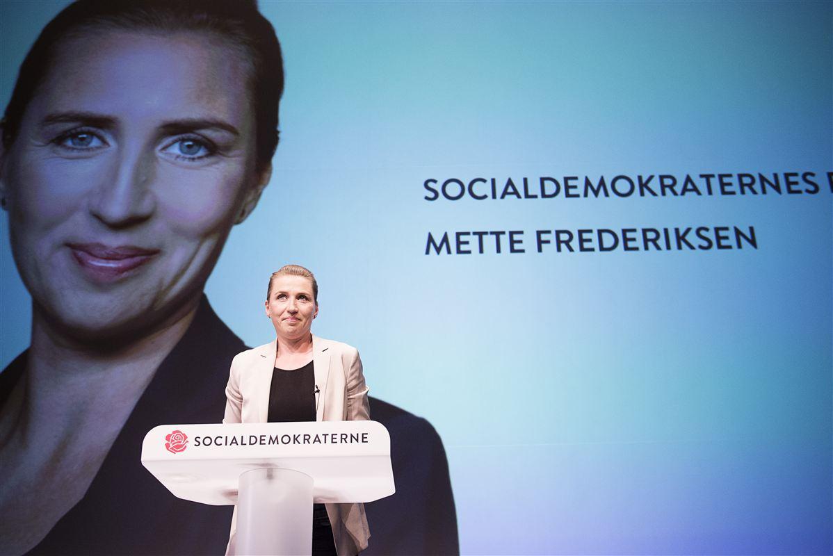 Siden Mette Frederiksen gik på talerstolen som nyvalgt formand ved den ekstraordinære kongres i juni 2015, har hun konsekvent kaldt sit parti for Socialdemokratiet - selvom partiet i 2002 skiftede navn til socialdemokraterne.