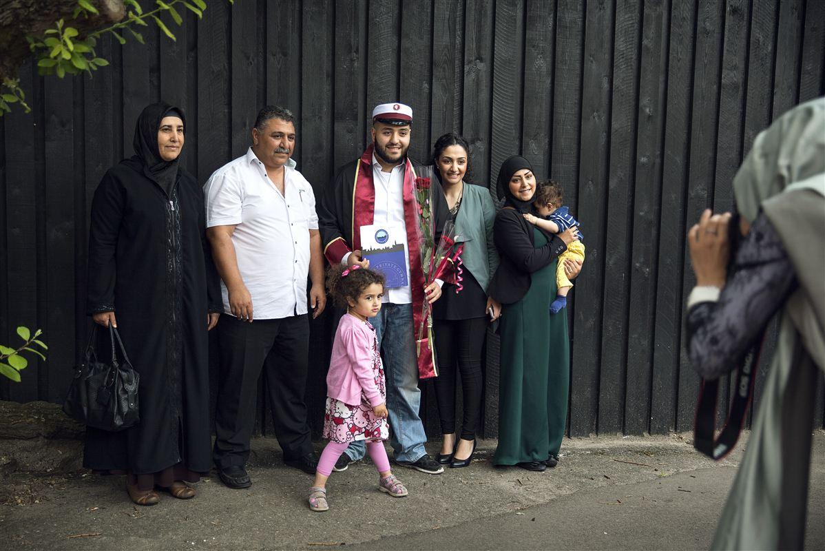 Det kan gavne integrationen, når man indvandrere bor tæt sammen. På billedet bliver Kalil Ibrahim Harmanci fotograferet sammen med sin familie inden den traditionelle studenterkørsel rundt i København.