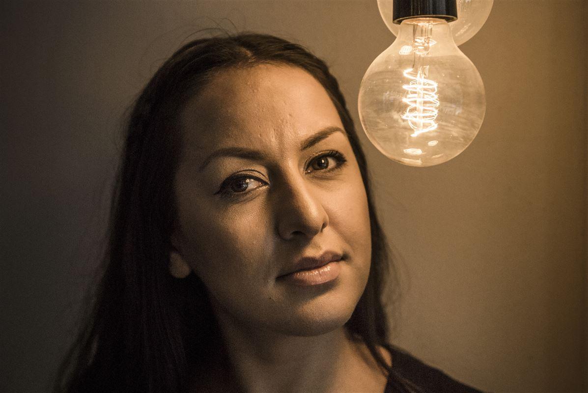 Geeti Amiri har skrevet erindringsbogen 'Glansbilleder', der udkommer tirsdag. Hun håber, at den kan være med til at hjælpe andre unge,