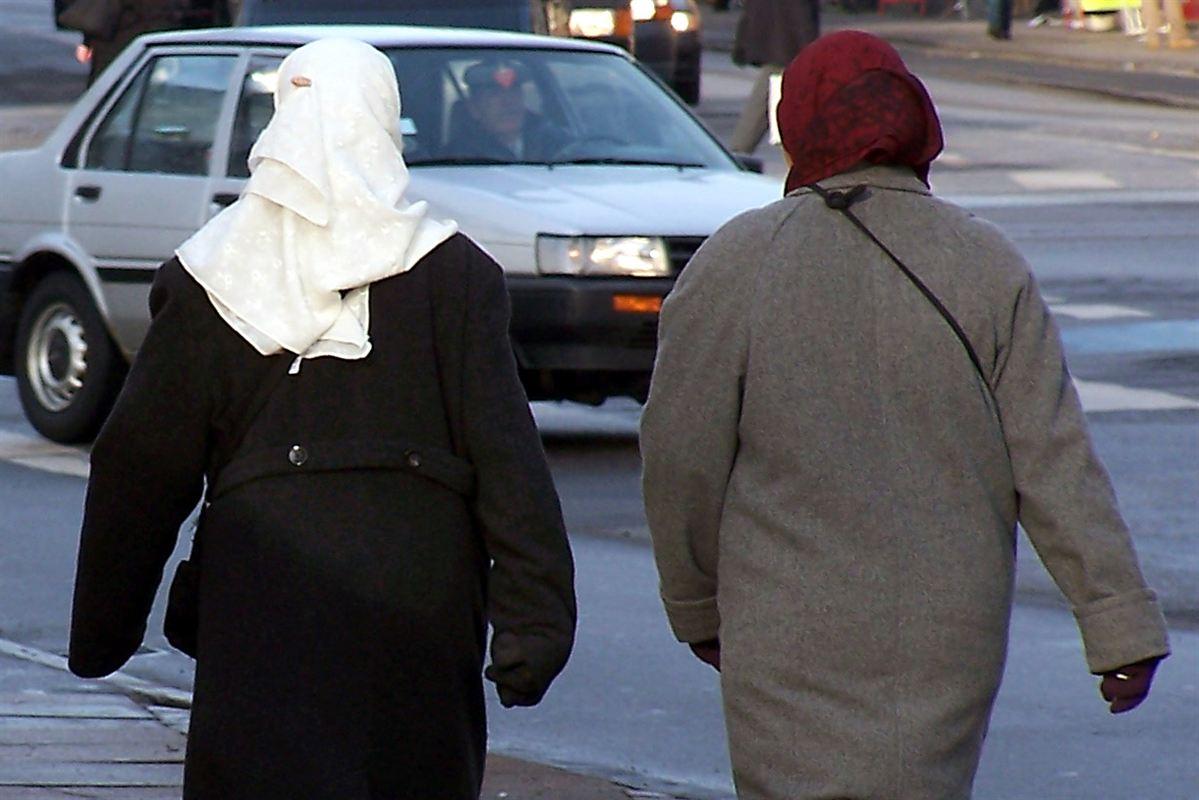 Kan kravet om, at flygtninge skal sendes i arbejde fra dag et, hamle op med traditioner, der binder mange kvinder til hjemmet?