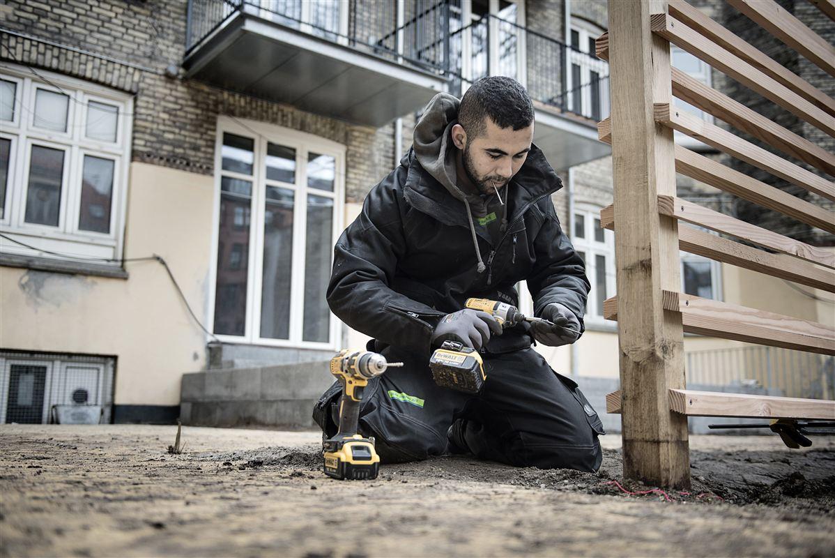 Flygtning Ismaeil Akram fra Syrien er i arbejde, og det skal mange flere af dem. Det bliver en stor mundfuld for jobcentrene at finde praktikpladser og job til de nye flygtninge. Men det kan lade sig gøre, uden at det går ud over danske ledige, lyder det i en ny rundspørge.