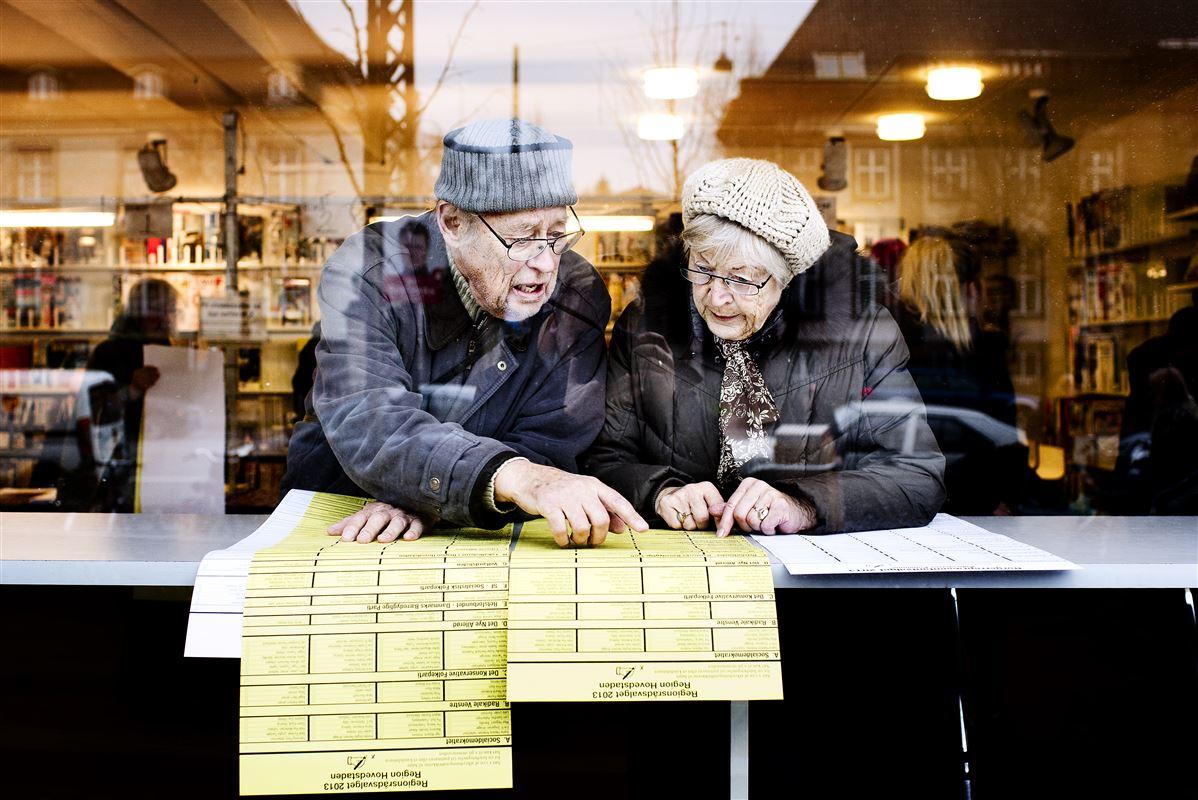 Kommunalvalg 2013. Aase og Erling gennemgår stemmesedlerne inden krydset sættes på Østerbro.