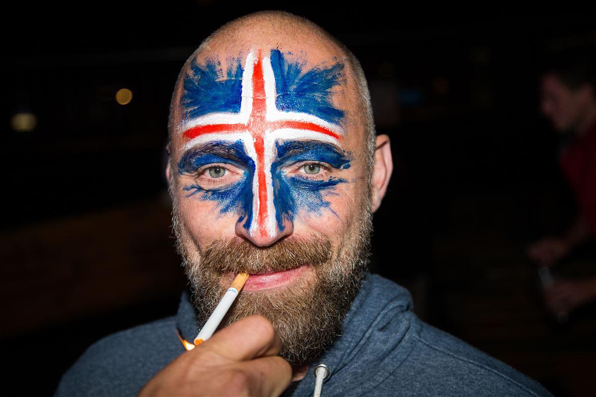 Island har på fodboldbanen vundet danskernes hjerter. På søndag skal Island atter i kamp. Denne gang mod Frankrig. Fodboldfan fotograferet på Nordatlantens Brygge i København forleden efter sejren over England.