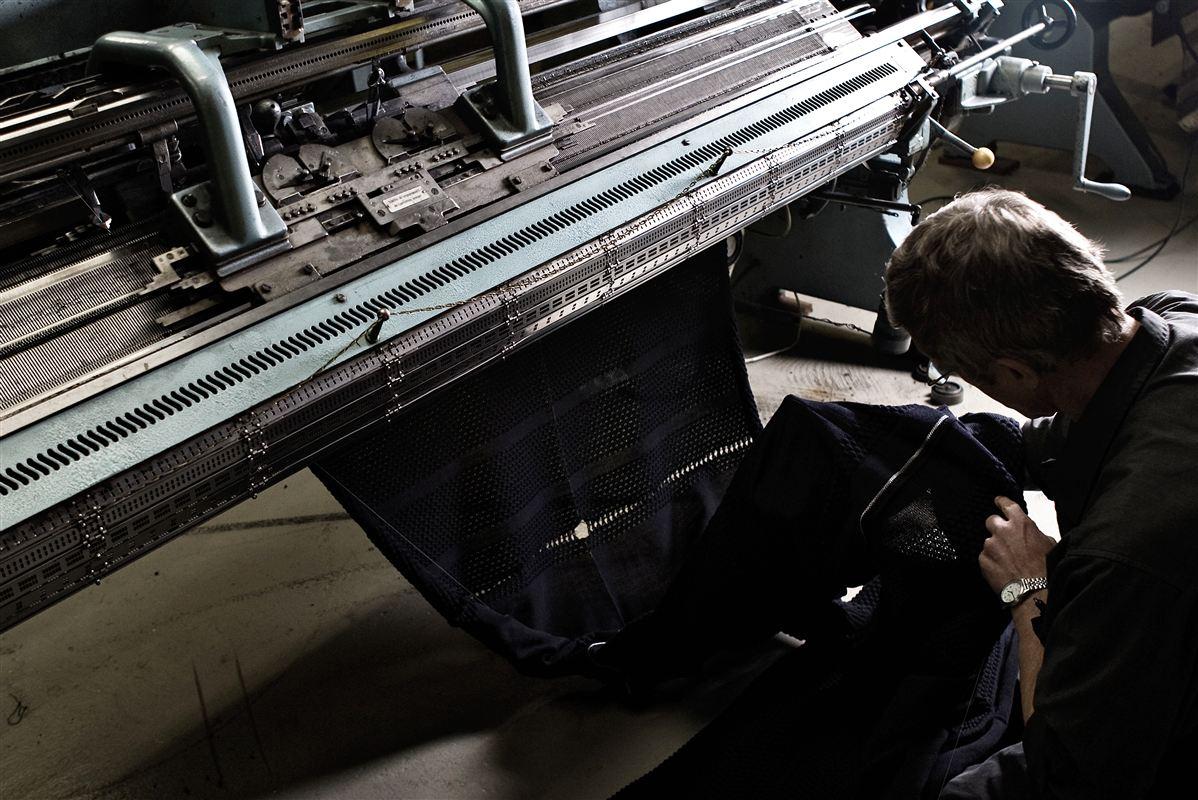 Skyt Strikvarer i Herning har stået imod konkurrencen fra Kina og producerer stadig sine klassiske sømandstrøjer.