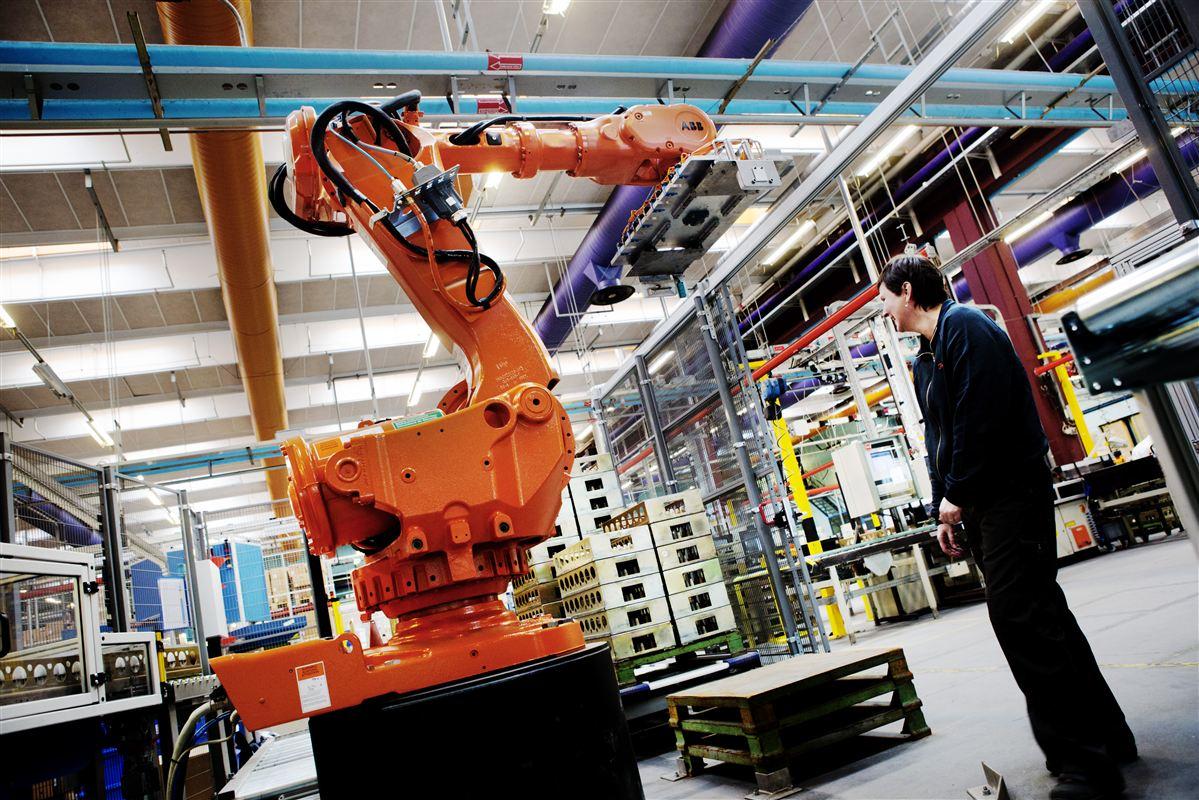 Robotterne vinder frem, og det har en positiv effekt på danske virksomheders evne til at konkurrere med udenlandske. Her er det operatør Liselotte Gravesen, som styrer en af robotterne hos Danfoss i Silkeborg.