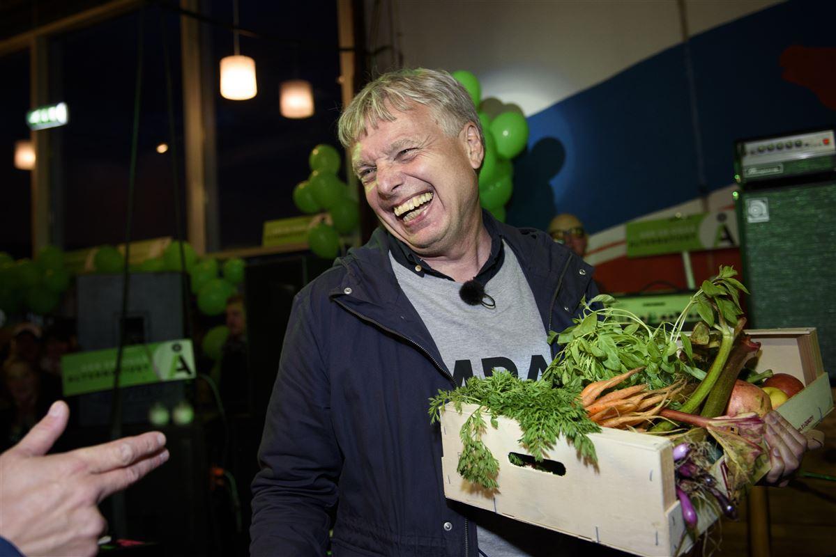 Alternativet og lederen Uffe Elbæk kunne feste i natten efter valget til Folketinget i 2015. Både han og partiet klarede sig fantastisk ved valget. Det på trods af meget få penge til at føre valgkamp for.