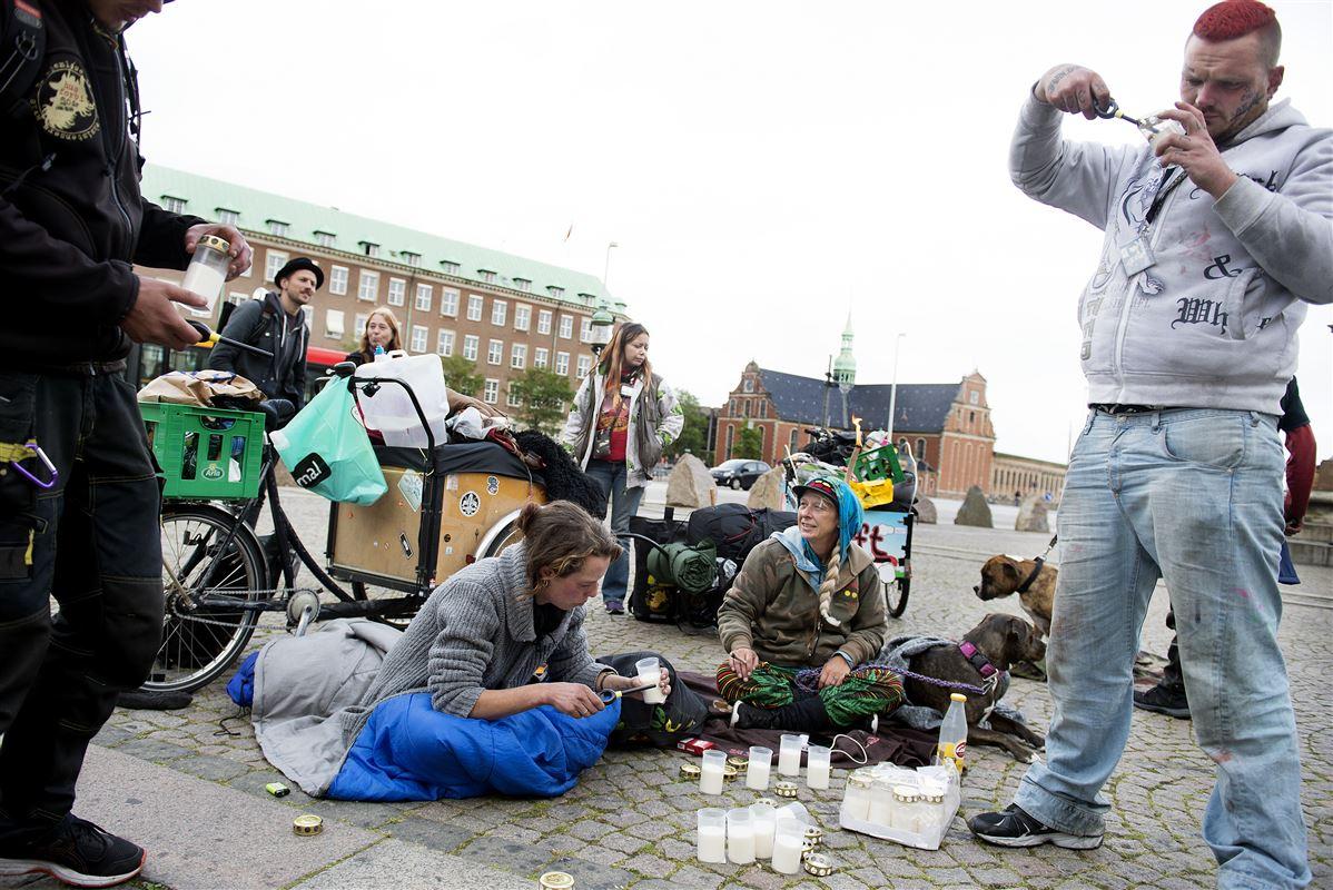 En gruppe hjemløse arrangerede demonstrationen 'Tænd et lys for en hjemløs', da kontanthjælpsloftet blev genindført i en ny udgave for et halvt år siden. Det skete i frustration og protest over loftet. I dag siger socialcheferne, at loftet ikke er noget vidundermiddel til at få kontanthjælpsmodtagerne i job.