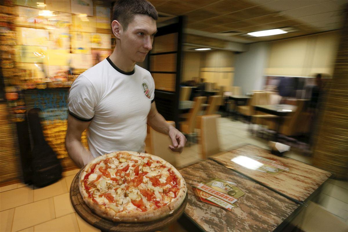 Der er en god chance for at finde et arbejde, hvis kontanthjælpsmodtagerne søger mod pizzarierne for at komme ud af offentlig forsørgelse, viser en ny analyse fra AE. På billedet er det Vasyl, der har åbnet et pizzarier i Ukraines hovestad, Kiev.