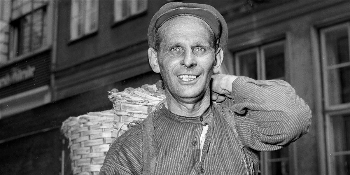 Danskerne frygter, at vi er på vej tilbage til et løsarbejdersamfund, lige som dengang daglejerne troppede op hver dag på havnen eller fabrikken i håbet om at få et stykke arbejde. Her slæber en arbejdsmand kul eller koks.