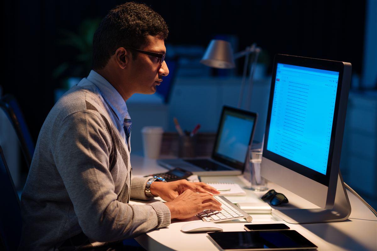 De indiske IT-arbejdere sidder ofte tilbage om aftenen, når de danske kollegaer er gået hjem. Men i den nye overenskomst får de overtidsbetaling, hvis de arbejder mere end 37 timer om ugen.