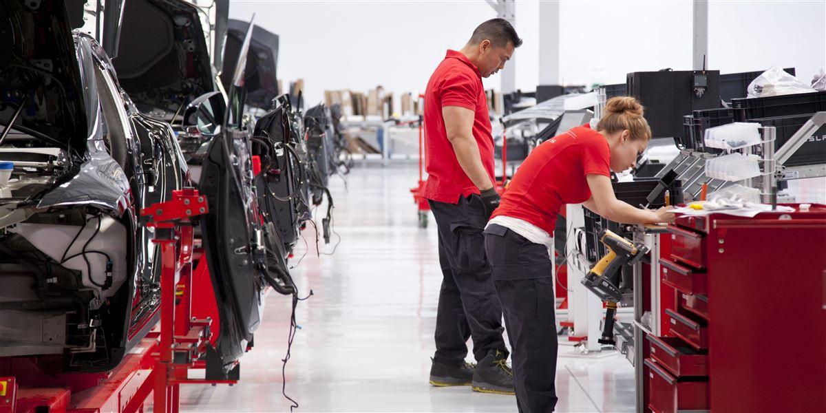 Bilkoncernen Tesla forhindrer sine ansatte i at melde sig i fagforening og byder dem ringe vilkår ifølge flere kilder.