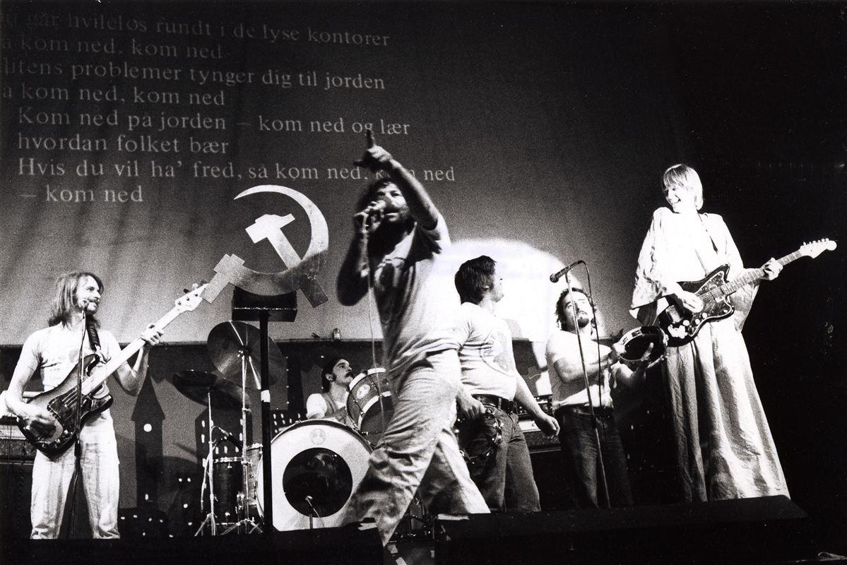 Der var smæk på symbolikken, da Røde Mor opførte rockoperaen 'Betonhjertet' midt i 70'erne. I dag er der skruet ned for retorikken, men den politiske kunst er ikke forsvundet.