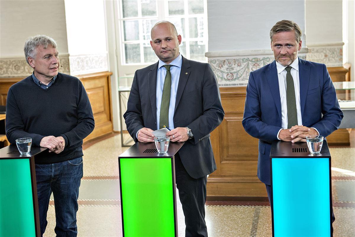 De gamle partier taber vælgere til de nye og sprælske partier, som Uffe Elbæk (Alternativet) til venstre og Anders Samuelsen (Liberal Alliance) repræsenterer. Værst ramt er konservative Søren Pape i midten.