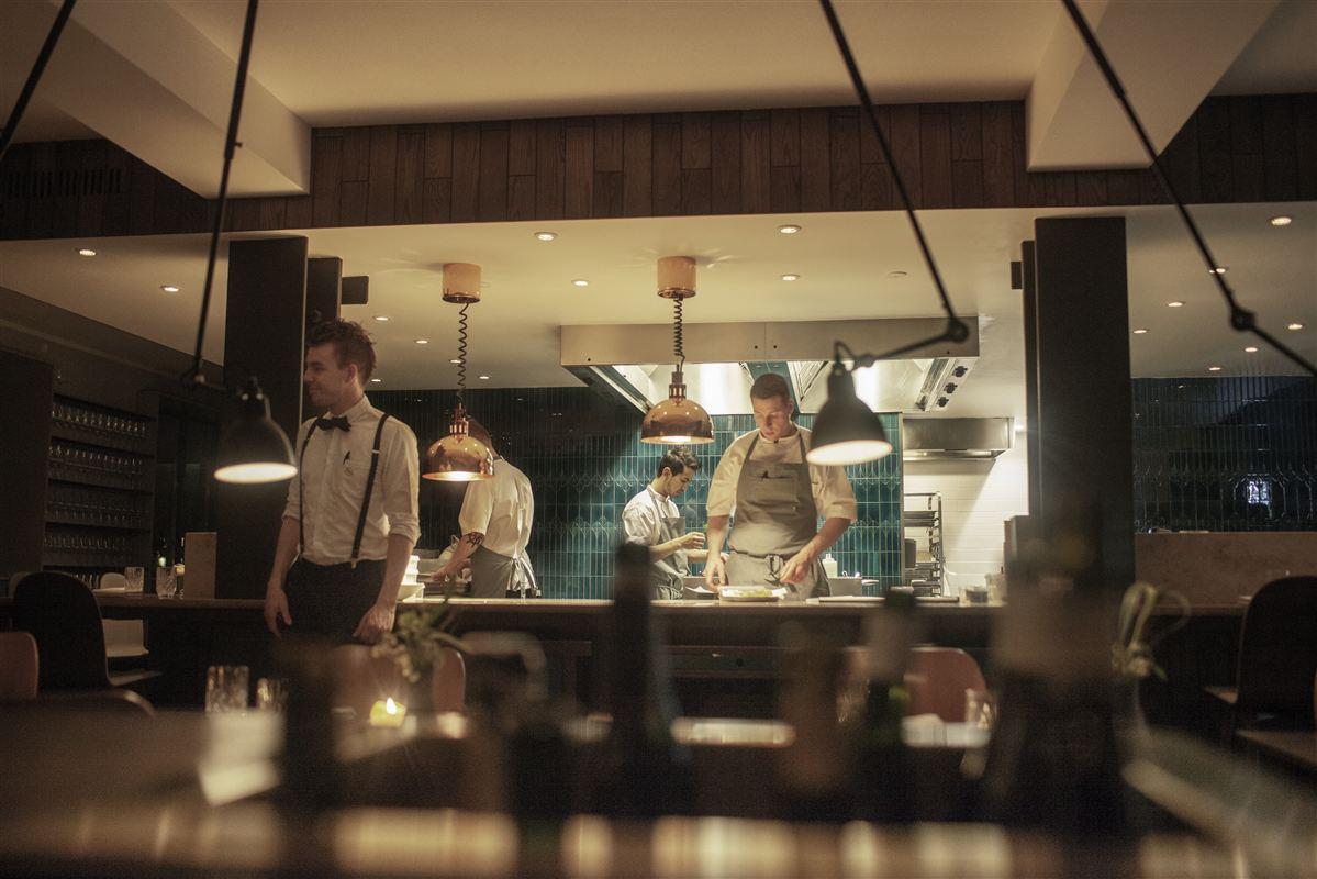 Lav en uddannelsesfond, så store og små restauranter kan dele udgifterne til at uddanne elever, foreslår restauratør fra Fyn. Arkivfoto fra Restaurant Standard Studio.