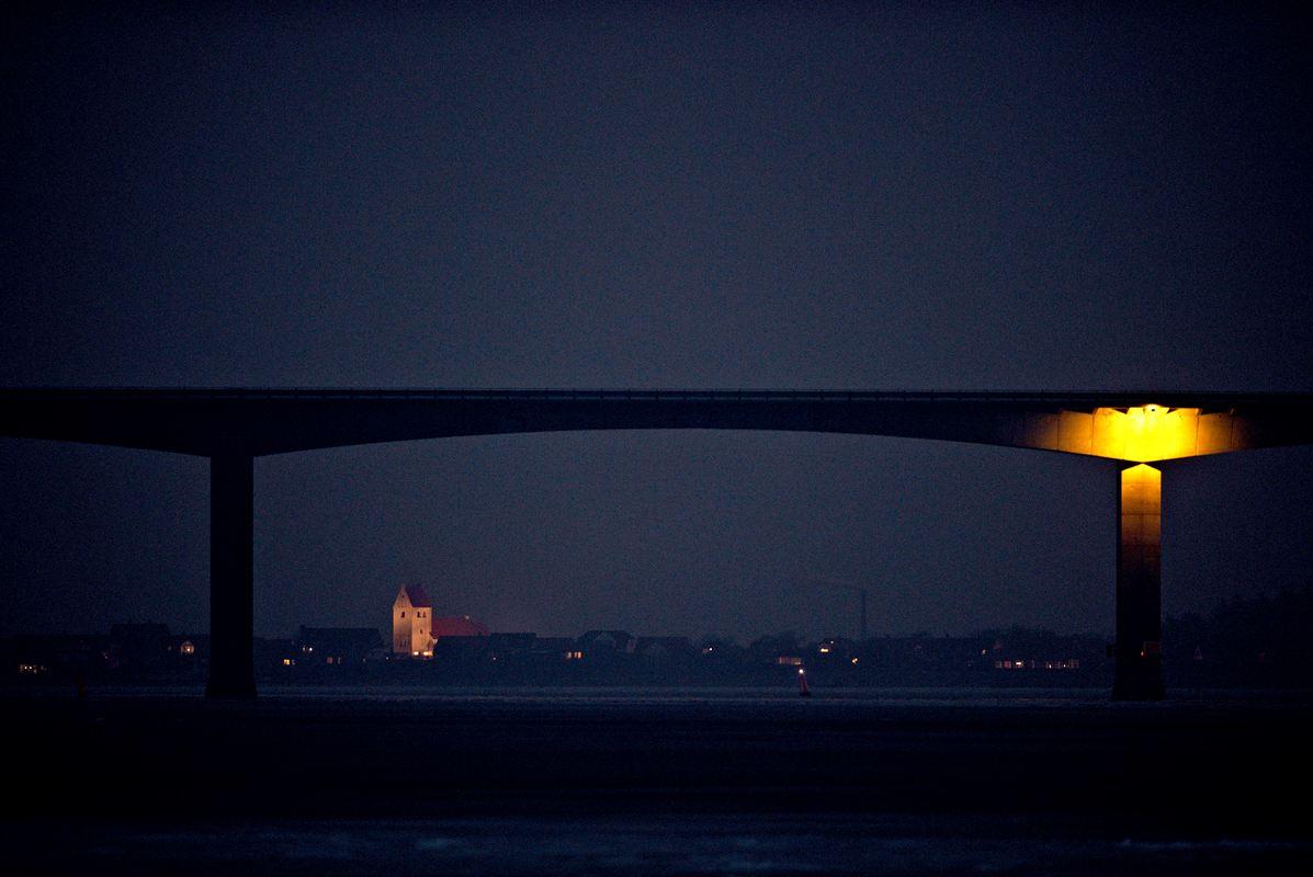 Sallingsundbroen er livsnerven mellem Salling og Mors, men går paradoksalt nok også under navnet 'Selvmordsbroen'. Siden indvielsen i 1978 har mere end 80 mennesker taget deres eget liv ved at springe ud fra broen.