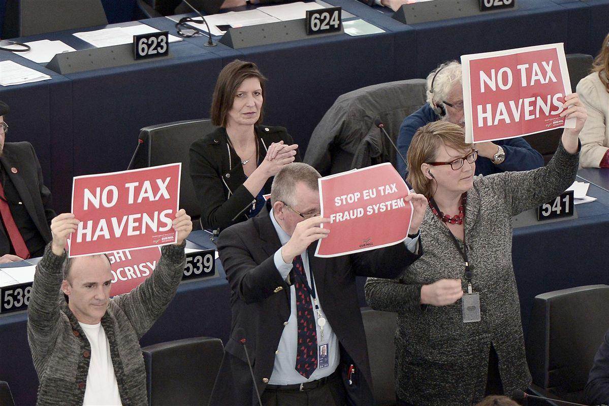 EU-parlamentarikere i protest mod skattely under den såkaldte Luxleaks-skandale. Nu får de lejlighed til at hvæsse knivene igen.