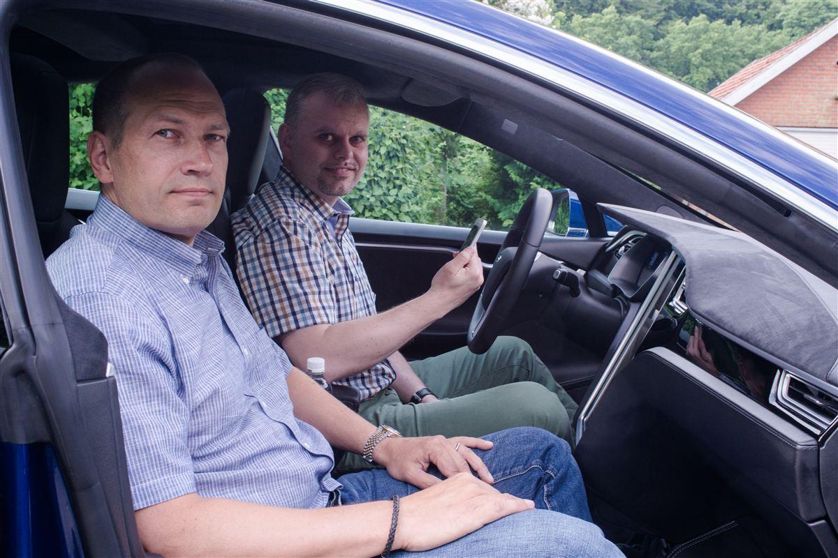 Det kan godt være, at der på længere sigt kan være nogle minusser ved Uber. Men lige nu og her har taxibranchen godt af konkurrence, for den snorksover. Det mener den kendte it-mand Martin Thorborg (i forgrunden). Han er her på vej ud at køre med Uber-chauffør Mads Kabbe.