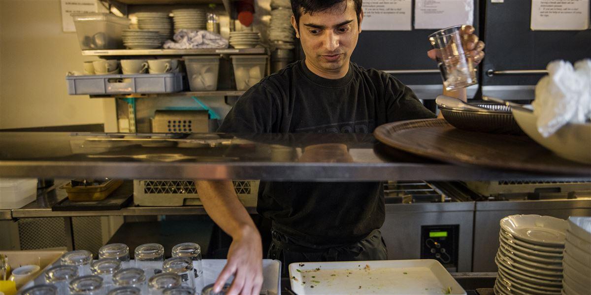 Tusindvis af unge østeuropæere knokler som opvaskere, stuepiger og i fastfoodrestauranter til en ussel løn, mens de studerer og hæver dansk SU. Det er statsstøttet social dumping, vurderer ekspert. (Modelfoto)