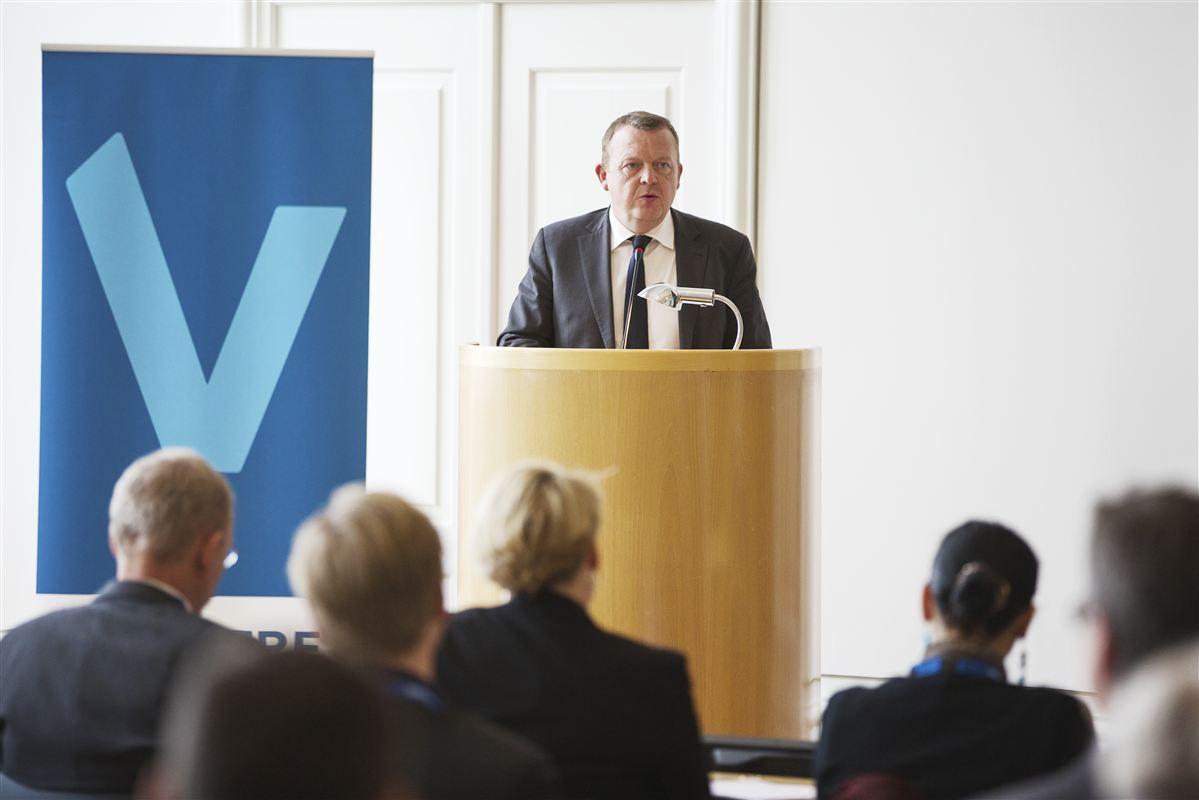 Lars Løkke Rasmussen holder tale om vækst og arbejdspladser. Ny viser en ny analyse, at Venstres forslag om et udgiftsstop i det offentlige vil koste både offentlige og private arbejdspladser.