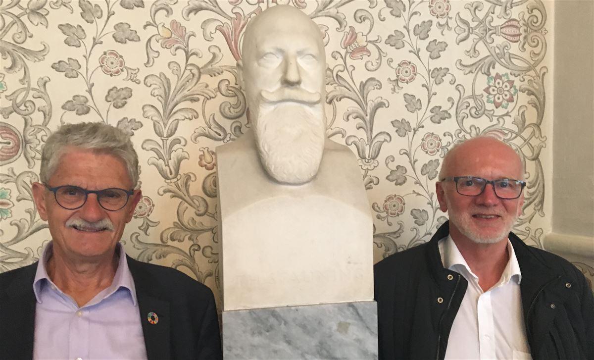 Det ville gøre ondt langt ind i hjertet på den tidligere socialdemokratisk statsminister Thorvald Stauning (busten i midten), hvis han hørte om VLAK-regeringens skatteudspil. Udspillet er asocialt og imod den danske folkesjæl, mener socialdemokraterne Mogens Lykketoft (tv) og Verner Sand Kirk.