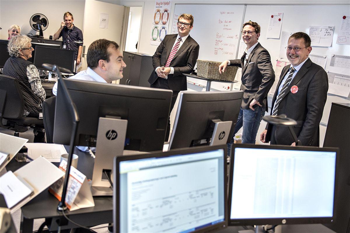 Nuværende skatteminister Karsten Lauritzen og daværende erhvervs- og vækstminister Troels Lund Poulsen besøger Statens Administration i de nye lokaler i Hjørring. Arbejdspladsen var en af de arbejdspladser, der er udflyttet og hvor sygefraværet i 2016 var højest.