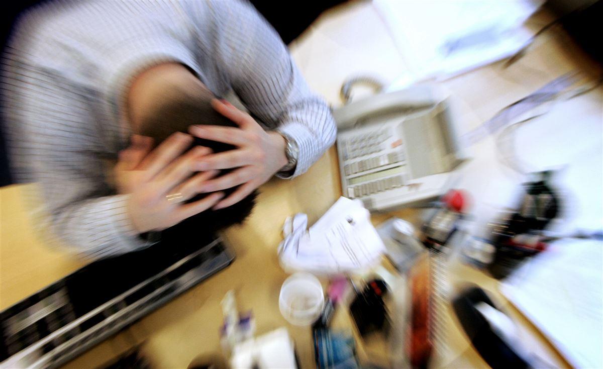 Ifølge HK Kommunal skyldes en stor del af deres medlemmers sygefravær stress. Fagforbundet opfordrer til, at man i stedet for at fyre stress-ramte gør noget ved et sygt arbejdsmiljø.