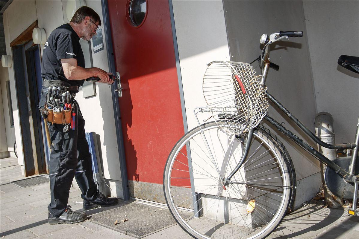 Andelen af forgældede borgere er større på Sjælland uden for hovedstaden end i Jylland. Her er en låsesmed dog ved at lukke fogeden ind i en lejlighed i Randers.
