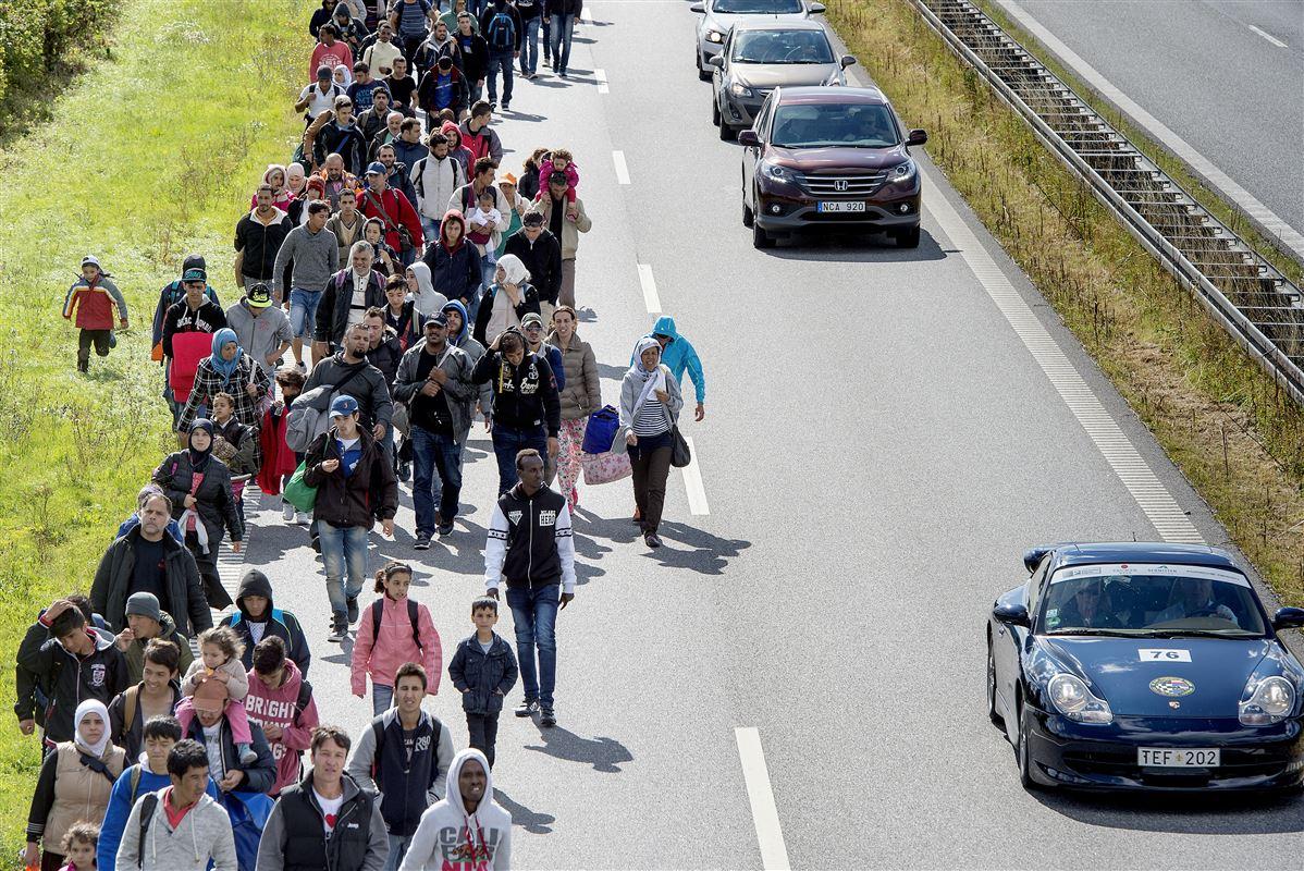 De fleste kan huske, da en stor gruppe flygtninge og migranter gik på de danske motorveje på flygt fra krig og uro i Mellemøsten og Nordafrika. Nu slås regeringen og kommunerne om, hvordan man giver de unge udlændinge de bedste forudsætninger for at komme videre.