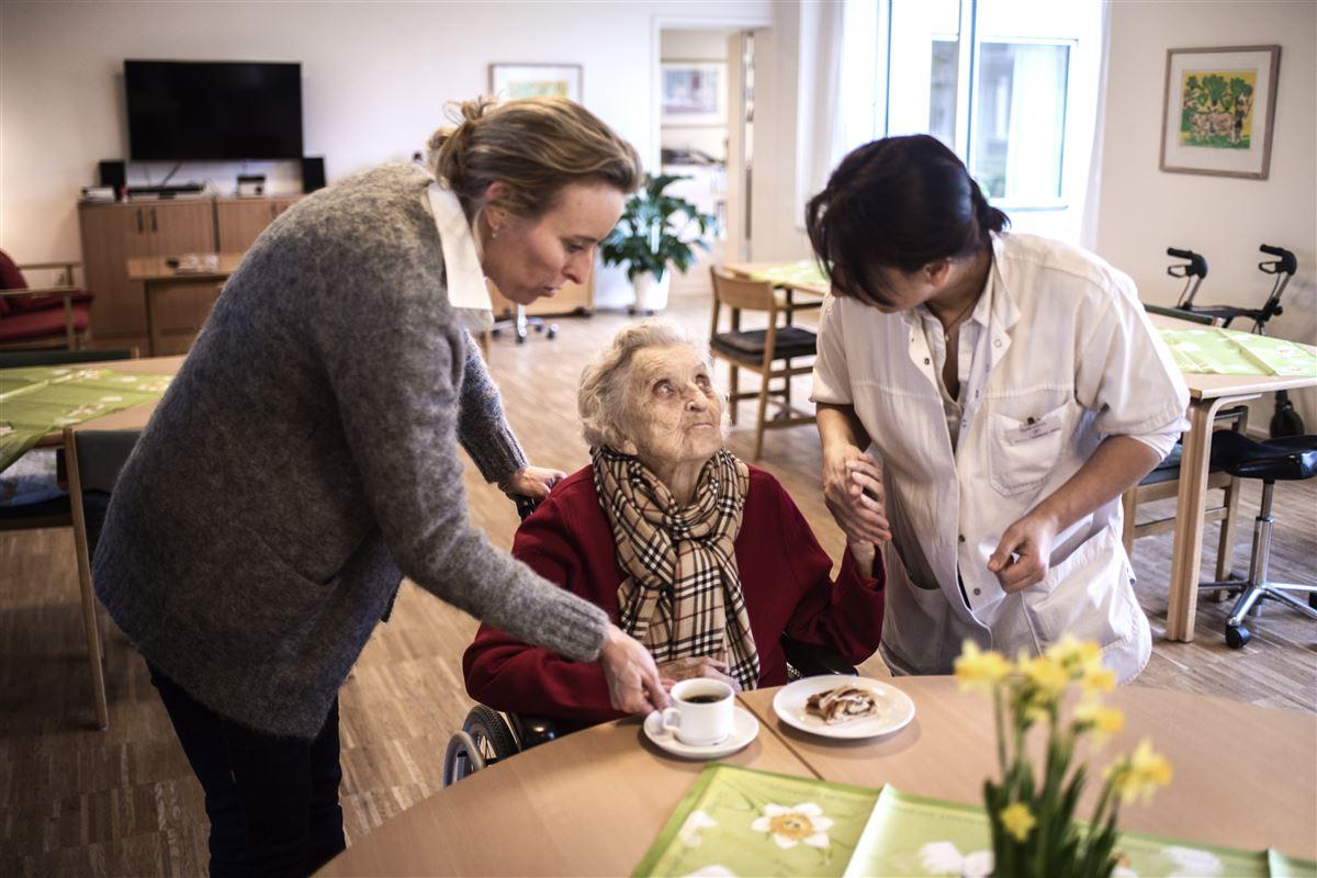 En stor del af danskerne afviser regeringens idé om at presse kommunerne til for eksempel i højere grad at overlade pleje af ældre til private firmaer. En række fiaskoer har gjort indtryk, mener næstformand i LO.